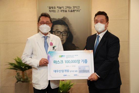 대우산업개발 박승준 부회장(오른쪽)과 서유성 순천향대학교 서울병원장이 지난 12일 마스크 기증식을 진행하고 있다. 대우산업개발 제공