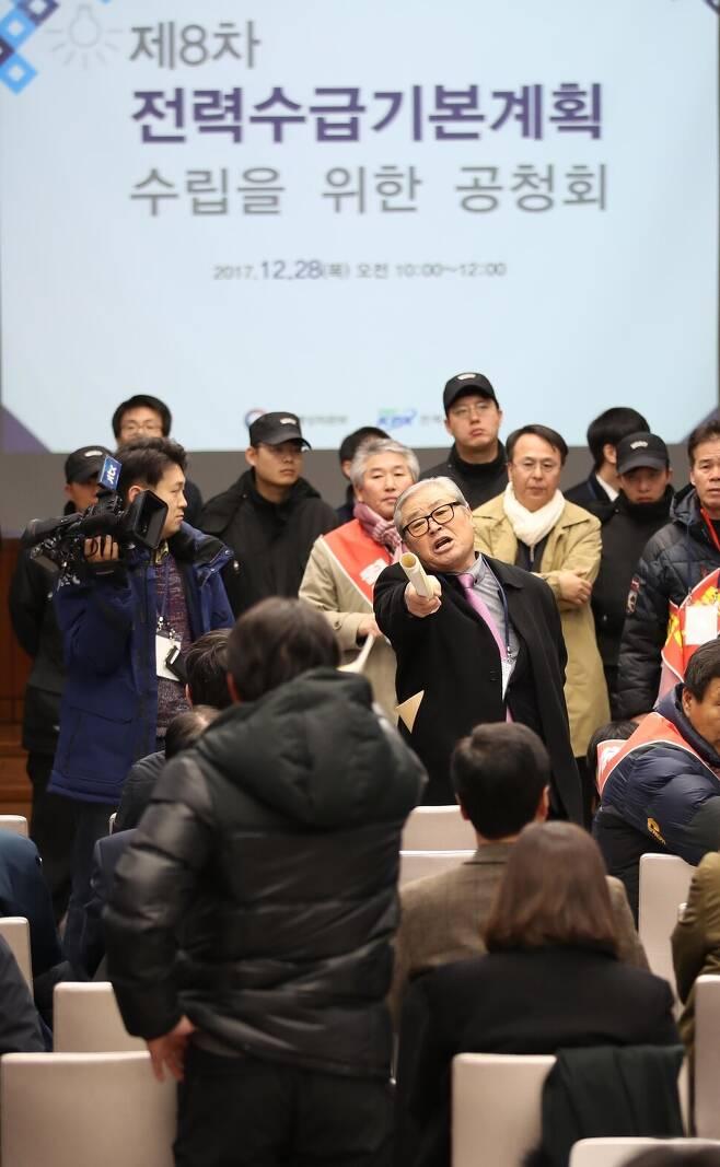 2017년 12월28일 오전 서울 영등포구 한국전력공사 남서울지역본부에서 열린 제8차 전력수급기본계획 공청회에서 원전 찬성과 반대를 주장하는 참석자들이 언쟁을 벌이고 있다. <연합뉴스>
