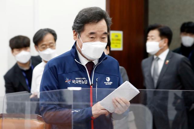 이낙연 더불어민주당 대표가 14일 국회에서 열린 제4차 한국판 뉴딜 당정추진본부회의에 입장하고 있다. 오대근 기자