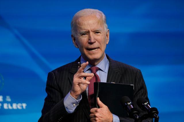 조 바이든 미 대통령 당선인이 8일 윌밍턴에서 기자들의 질문에 답하고 있다. 윌밍턴=AP 연합뉴스
