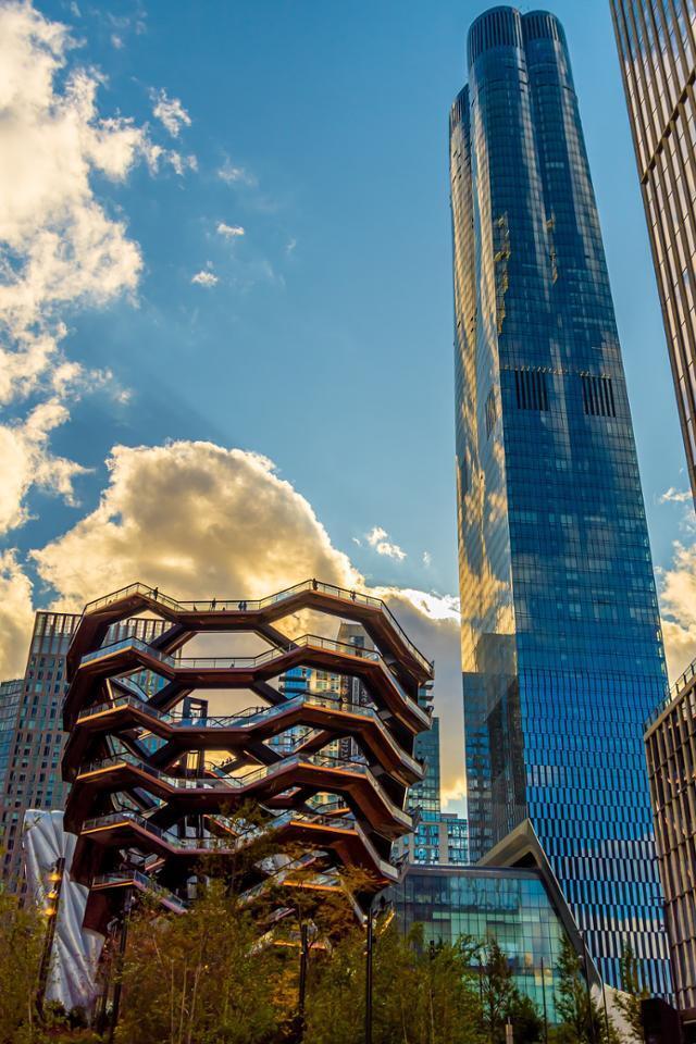 정의선 현대차그룹 회장이 구입한 미국 뉴욕 맨해튼의 고급 아파트 '15허드슨야드'(오른쪽)와 관광 명소로 꼽히는 벌집 모양의 건축물 '베슬'. 미국 부동산 컨설팅 업체 'VDA' 제공
