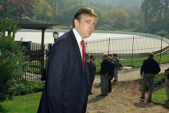 1986년 뉴욕 센트럴파크에 있는 울먼 스케이트 링크 앞에 선 도널드 트럼프. 트럼프는 스케이트 링크 개조를 위탁받아 이 곳을 명소로 변모시켰다. [AP=연합뉴스]