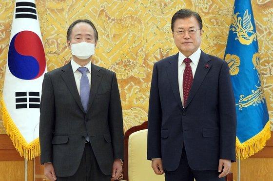 문재인 대통령이 14일 오전 청와대 접견실에서 도미타 고지 주한일본대사를 접견하고 있다.청와대 재공