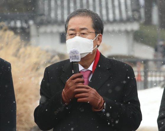 홍준표 무소속 의원이 12일 서울 종로구 청와대 사랑채 앞에서 열린 '폭정종식 비상시국연대' 기자회견에서 발언을 하고 있다. 뉴스1