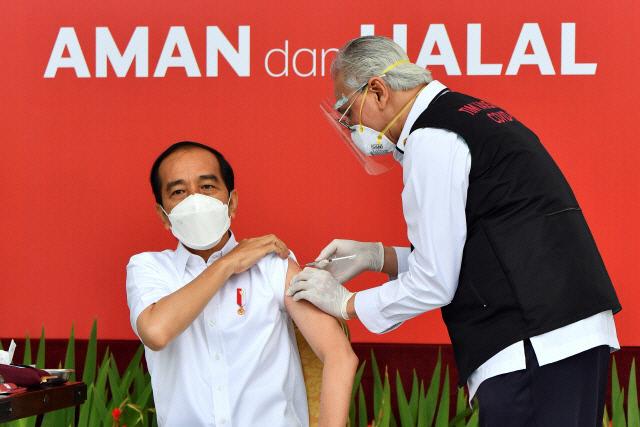 13일(현지시간) 조코 위도도 인도네시아 대통령이 코로나19 백신을 접종하고 있다. /로이터연합뉴스