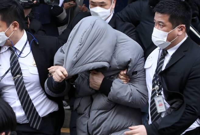 지난 13일 오전 서울 양천구 남부지방법원에서 양부 안모씨(36)가 공판을 마친 후 법원을 나서고 있다./사진=뉴시스