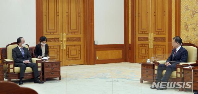 [서울=뉴시스] 문재인 대통령이 14일 오전 청와대 본관 접견실에서 도미타 코지 주한일본대사를 접견하고 있다. (사진=청와대 제공) 2021.01.14. photo@newsis.com