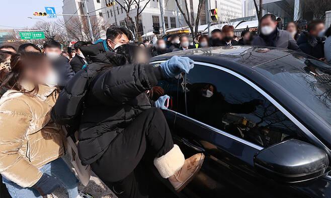 생후 16개월 '정인이'를 학대해 숨지게한 양부모에 대한 첫 공판이 열리는 13일 서울 양천구 남부지방법원에서 공판을 마친 양부 안모씨가 탄 차량이 나오자 시민들이 분노를 표출하고 있다. 뉴시스