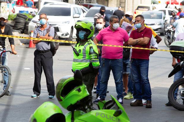경찰이 사고 현장에 폴리스라인을 두르고 접근을 통제하고 있다./사진=로이터 연합뉴스