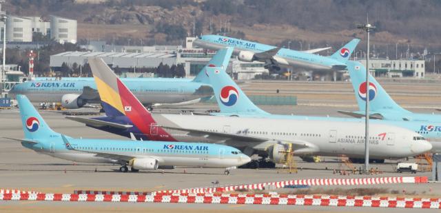 인천국제공항에서 대한항공 여객기가 활주로를 따라 이륙하고 있다./연합뉴스