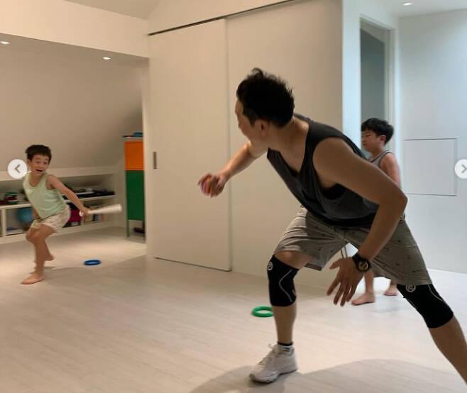 ▲ 문정원 인스타그램에 공개된 집 안에서 노는 이휘재와 자녀들 모습. 출처ㅣ문정원 인스타그램