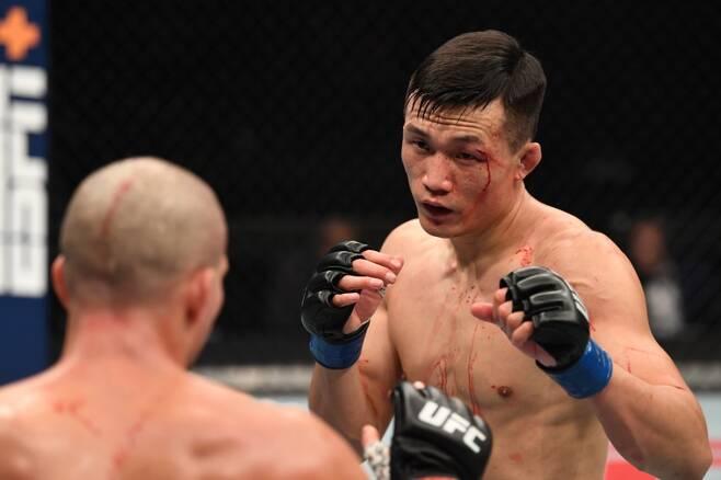 ▲ 지난해 10월 브라이언 오르테가(왼쪽)에게 석패한 정찬성 ⓒ UFC