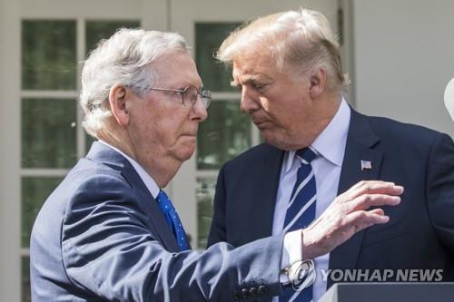 매코널 원내대표(왼쪽)과 트럼프 대통령 [EPA=연합뉴스]