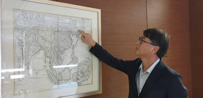 아세안 한국대표부에 전시한 고지도 가리키는 윤상욱 공사참사관 [자카르타=연합뉴스]