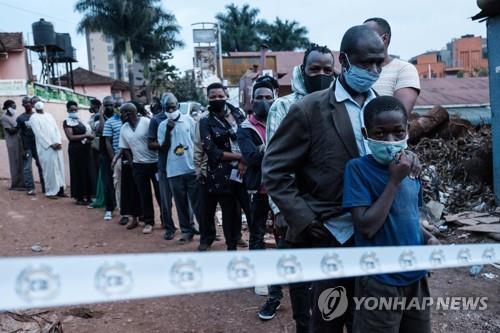 14일(현지시간) 우간다 수도 캄팔라에서 긴장 속에 치러지고 있는 대선 투표 [AFP=연합뉴스]