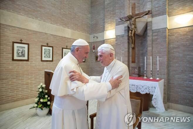 프란치스코 교황(왼쪽)과 베네딕토 16세. [AFP=연합뉴스 자료사진]