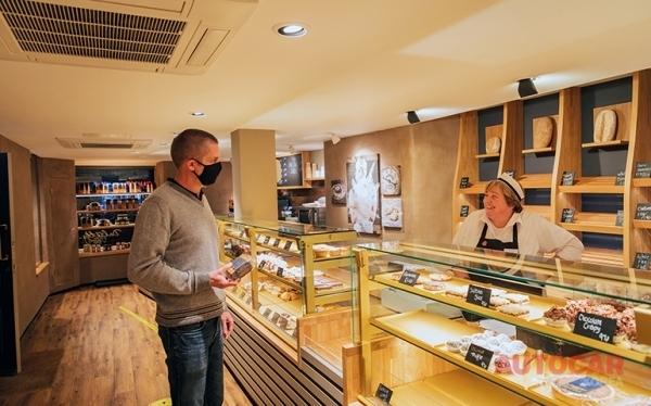 알렉스 달게티 앤 선즈는 페스트리의 과일 케이크와 유사한 전통 과자인 블랙 번을 판매한다.디펜더의 적재공간에는 많은 것을 담을 수 있다