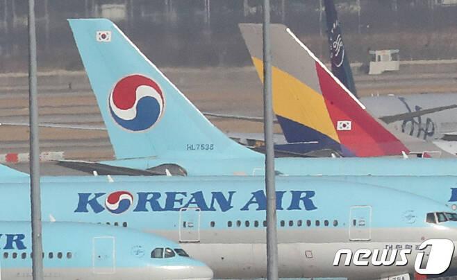 인천국제공항 주기장에 대한항공과 아시아나 여객기가 세워져 있다. 2021.1.14/뉴스1 © News1 이성철 기자