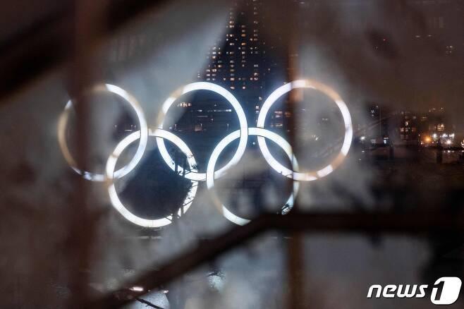 일본 도쿄 오다이바에 설치돼 있는 올림픽 오륜마크 조형물 <자료사진>  © AFP=뉴스1