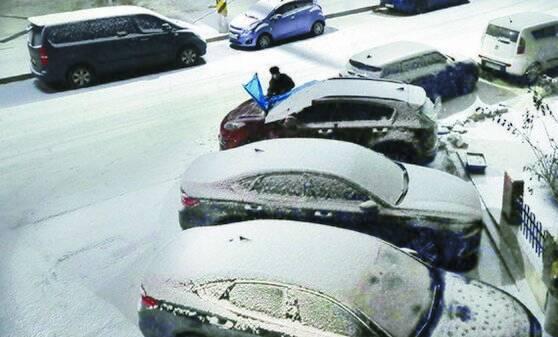 수도권과 강원 영서 중남부 등에 대설 예비특보가 발표된 17일 오후 경기도 광명시 주택가 도로에 눈이 쌓여 있다. 기상청은 오늘(18일) 출근길 교통에 주의해달라고 당부했다. [뉴시스]