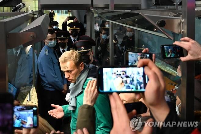 (AFP=연합뉴스) 17일(현지시간) 모스크바 셰레메티예보 국제공항 입국심사대에 서 있는 나발니. 그는 이날 독일서 귀국한 직후 공항에서 현지 경찰에 체포됐다.