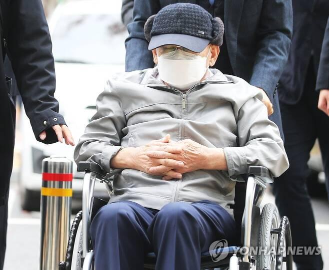 휠체어 타고 공판 출석하는 이만희 총회장 [연합뉴스 자료사진]