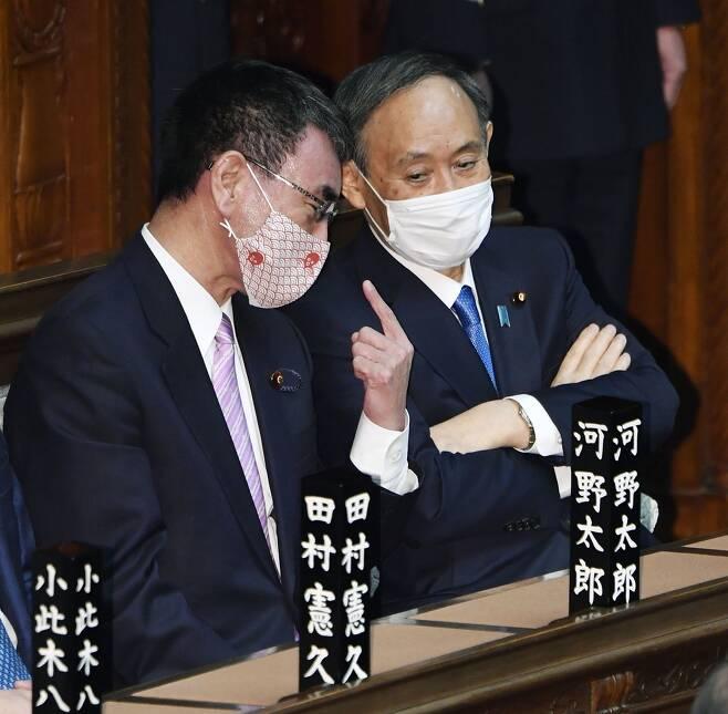 (도쿄 교도=연합뉴스) 스가 요시히데 총리(오른쪽)가 18일 정기국회 개원식에서 고노 다로 행정개혁상과 대화를 나누고 있다.