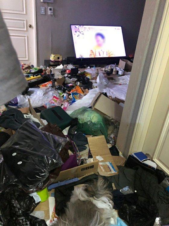 지난해 12월 전남 여수시 공무원이 확인한 '냉장고 영아 시신 사건'이 발생한 가정집 내부. 사진 여수시