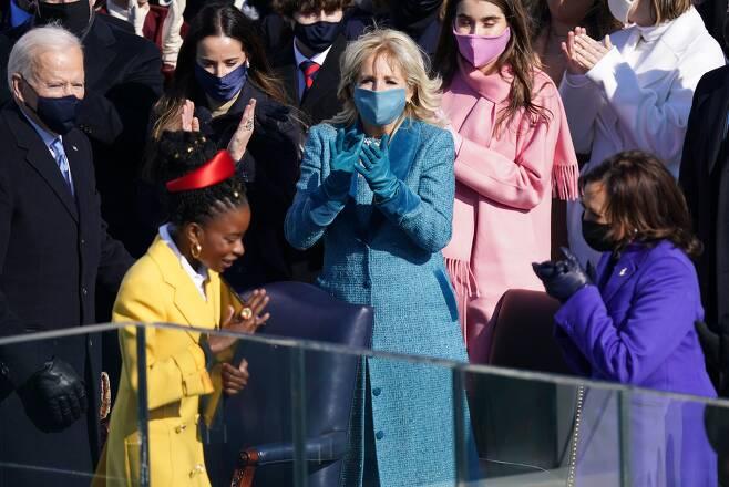 20일(현지시각) 열린 취임식에서 어맨다의 시낭송이 끝나자 조 바이든 대통령과 영부인 질 바이든 박사, 카멀라 해리스 부통령이 일어나 박수를 보내고있다. /로이터 연합뉴스