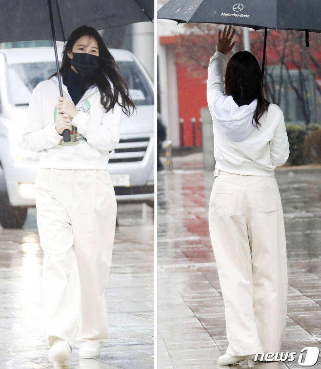배우 이지아가 21일 오후 서울 목동 SBS에서 열리는 SBS 라디오 파워FM '두시탈출 컬투쇼'를 마친 뒤 인사를 하고 있다. 2021.1.21./뉴스1 © News1 권현진 기자