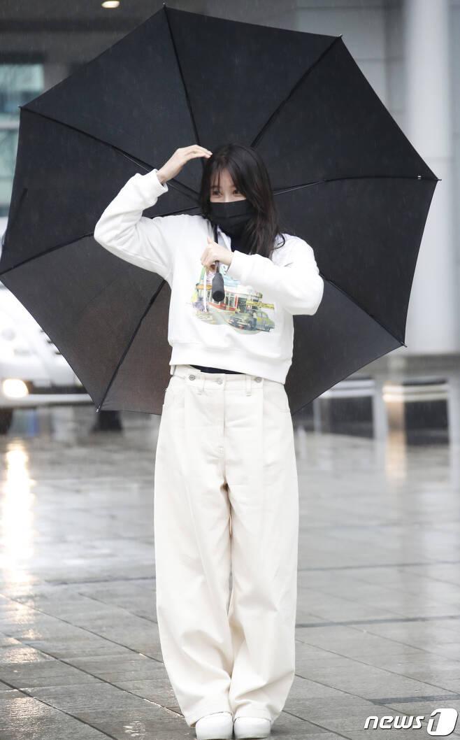 배우 이지아가 21일 오후 서울 목동 SBS에서 열린 SBS 라디오 파워FM '두시탈출 컬투쇼'를 마친 뒤 하트를 만들고 있다. 2021.1.21./뉴스1 © News1 권현진 기자