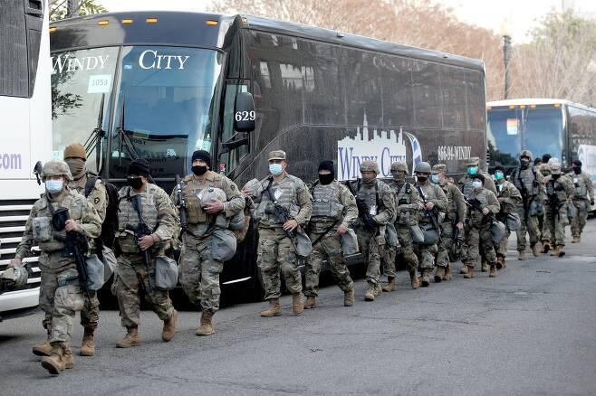 바이든 대통령 취임식 다음날인 21일 주 방위군이 의사당 주변에서 이동하고 있다. TASS=연합뉴스