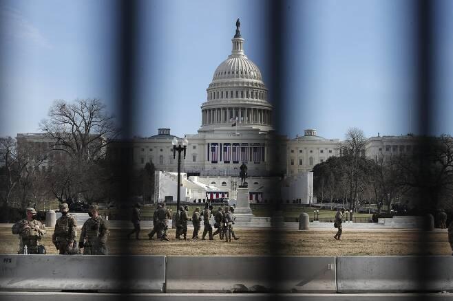 바이든 대통령 취임식이 무사히 끝났지만 미국 주 방위군의 워싱턴 DC 주둔은 당분간 이어질 전망이다. AP=연합뉴스