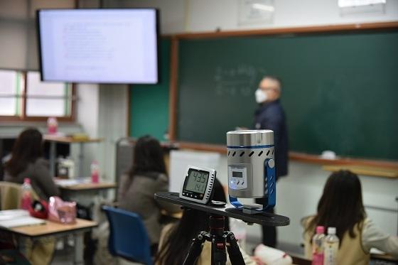 21일 오후 경기도 김포시 월곶면에 위치한 김포외국어고등학교에서 '항균·항바이러스 공조 필터·장치' 성능 실증연구가 이뤄지고 있다/사진=건설연