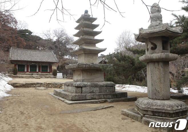 황해남도 신천군 자혜사 대웅전 앞에 있는 5층석탑과 석등. (미디어한국학 제공) 2021.01.23.© 뉴스1