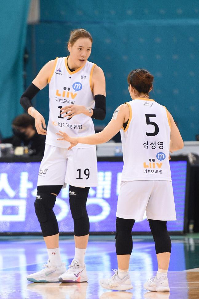 청주 국민은행 박지수(왼쪽)과 심성영이 23일 부천체육관에서 열린 부천 하나원큐와 경기에서 대화하고 있다. | WKBL 제공