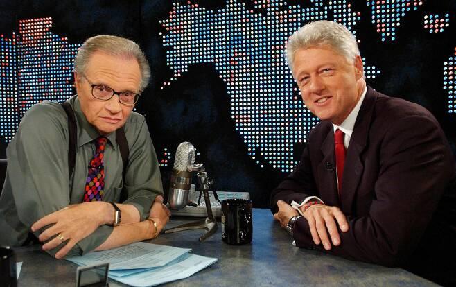 2002년 9월 빌 클린턴 전 미국 대통령과 래리 킹. /로이터 연합뉴스
