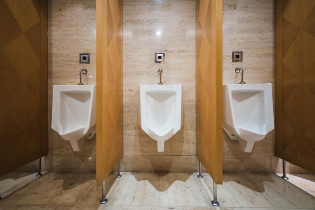 과민성방광 환자는 소변이 마려울 때마다 바로 화장실에 가는 습관을 고쳐야 한다./클립아트코리아