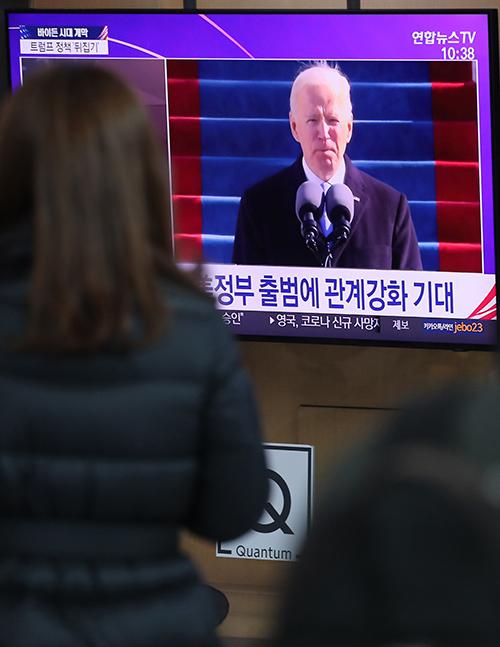 ▲ 1월21일 서울역에서 시민들이 조 바이든 미국 대통령 취임 관련 뉴스를 보고 있다. ⓒ 연합뉴스