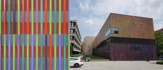 브란트호르스트 미술관 건물 표면을 덮고 있는 세라믹 막대들을 가까이서 본 모습(왼쪽). 총 23가지 색상으로 구성돼 있다. 오른쪽은 멀리서 본 미술관 전경. /사진=송경은 기자