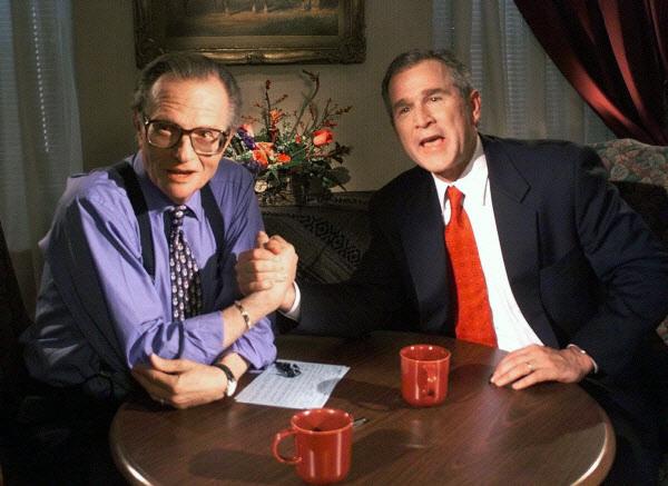 조지 부시 전 미국 대통령과 이야기 중인 래리 킹(왼쪽) 사진=뉴시스