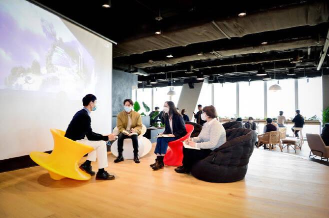 ▲여의도 파크원 Tower1에 위치한 LG에너지솔루션 본사 63층 '소통 라운지'에서 중국, 캐나다, 폴란드, 한국 직원들이 회의를 하고 있다. (사진=LG에너지솔루션)