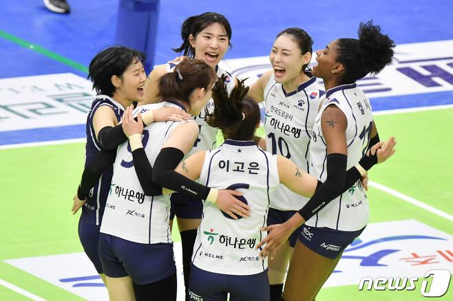 어깨 부상으로 힘든 시간을 보냈던 한국도로공사의 배유나(오른쪽 두 번째)가 환한 미소를 되찾았다. (한국배구연맹 제공) © 뉴스1