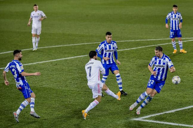 레알 마드리드의 에덴 아자르(7번)가 23일 알라베스와의 2020~2021 스페인 라리가 원정경기에서 슛을 하고 있다. 비토리아/AP 연합뉴스