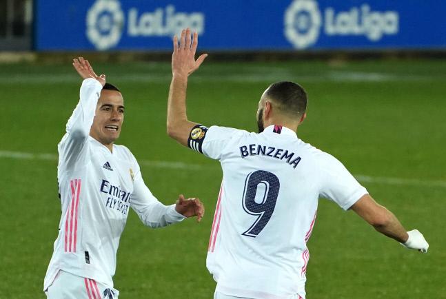 레알 마드리드와 카림 벤제마와 루카스 바스케스가 24일 알라베스전에서 득점한 후 기뻐하고 있다.AFP연합뉴스
