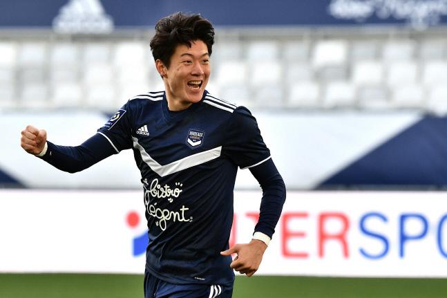 보르도 공격수 황의조가 24일(한국시간) 프랑스 보르도 누보 스타드 드 보르도에서 열린 2020~2021시즌 프랑스 리그1 21라운드 앙제와 홈 경기에서 득점 후 환호하고 있다. 보르도 | AFP연합뉴스