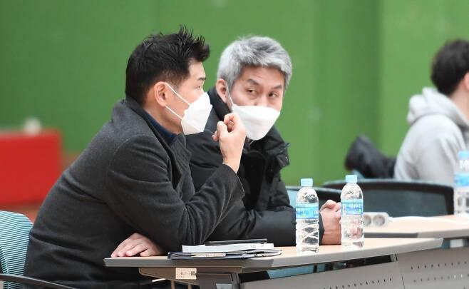 김상식 감독(오른쪽)이 19일 이천 LG챔피언스파크에서 열린 2020~2021 KBL D리그 2차대회 울산 현대모비스와 인천 전자랜드의 경기를 지켜보고 있다. 사진제공=KBL