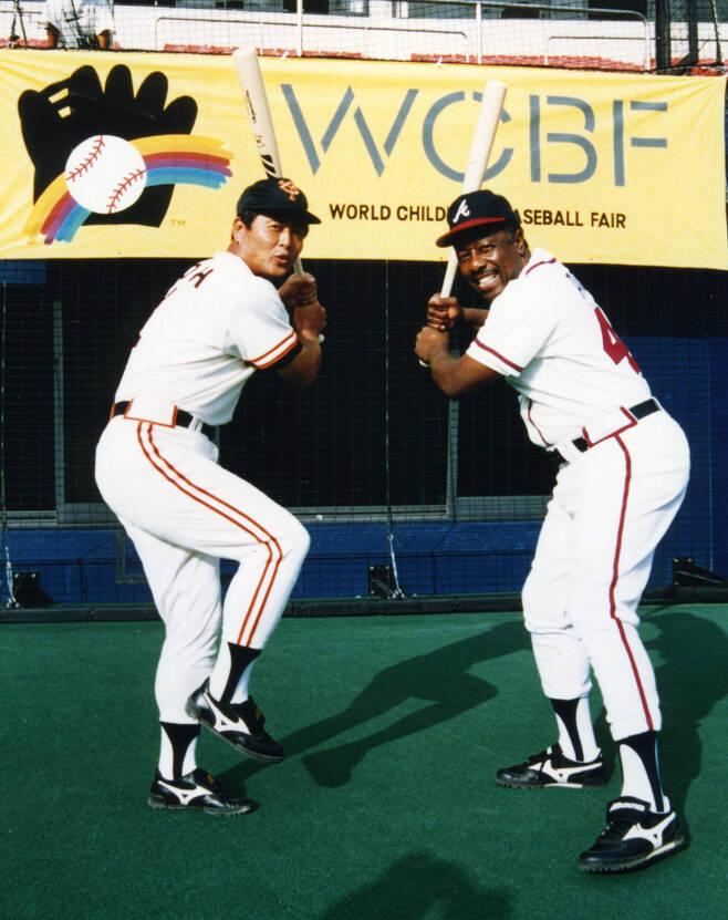 1991년 제2회 세계어린이야구박림회 당시 함께 포즈를 취한 오사다하루와 행크 애런. 사진출처=세계어린이야구재단(WCBF) 홈페이지