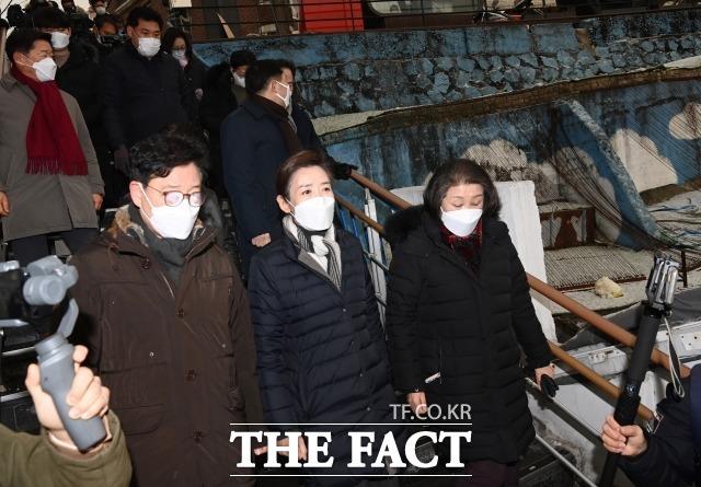 지난 18일 서울 용산구 서계동 도시재생사업 현장을 둘러보며 주민들과 의견을 나누던 나 전 의원. /국회사진취재단