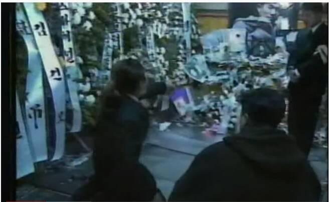 1995년11월21일저녁,김성재의빈소가차려진서울여의도성모병원장례식장에서무릎을꿇은채오열하는이현도(사진 왼쪽). 유튜브화면갈무리